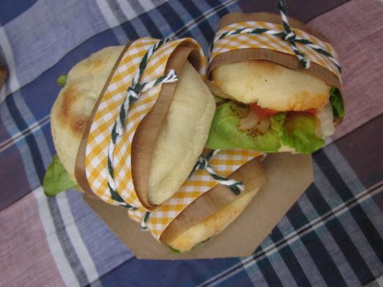 bocadillos vegetales en pan plano