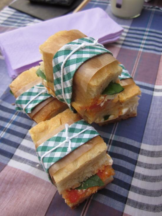 Pan italiano con tomate , albahaca y  fresco Cantagrullas