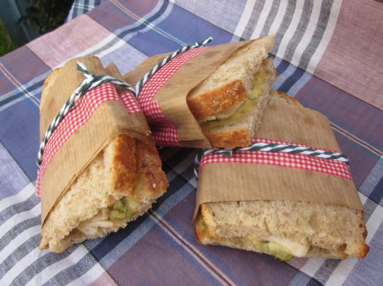 pan espelta-pollo-salsa de mostaza y pepinillo