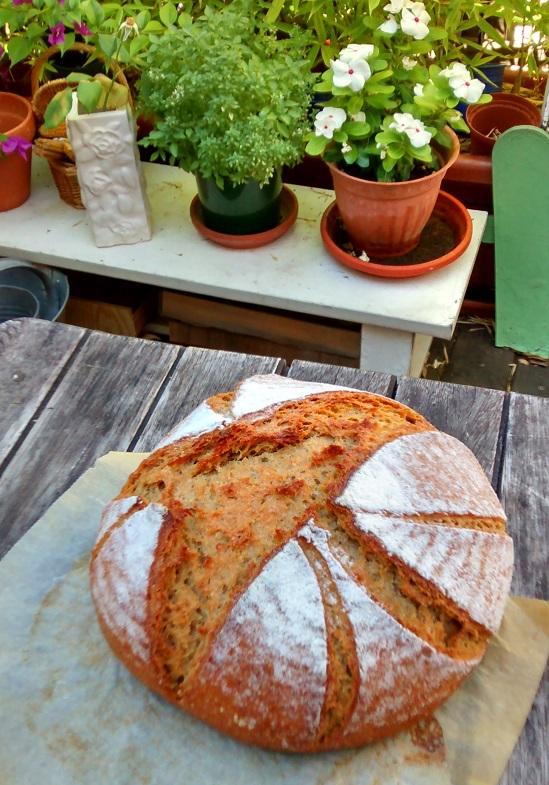 hogaza de pan en la terraza